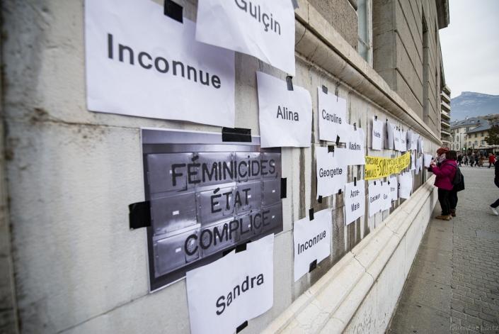 liste plus banderole au palais de justice de chambery
