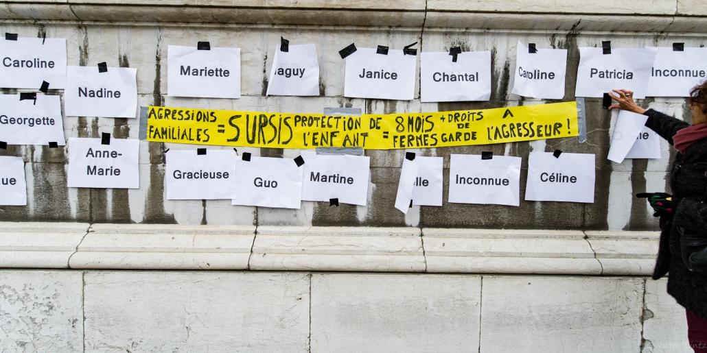 liste des féminicide et banderole accrochée au palais de justice de chambery