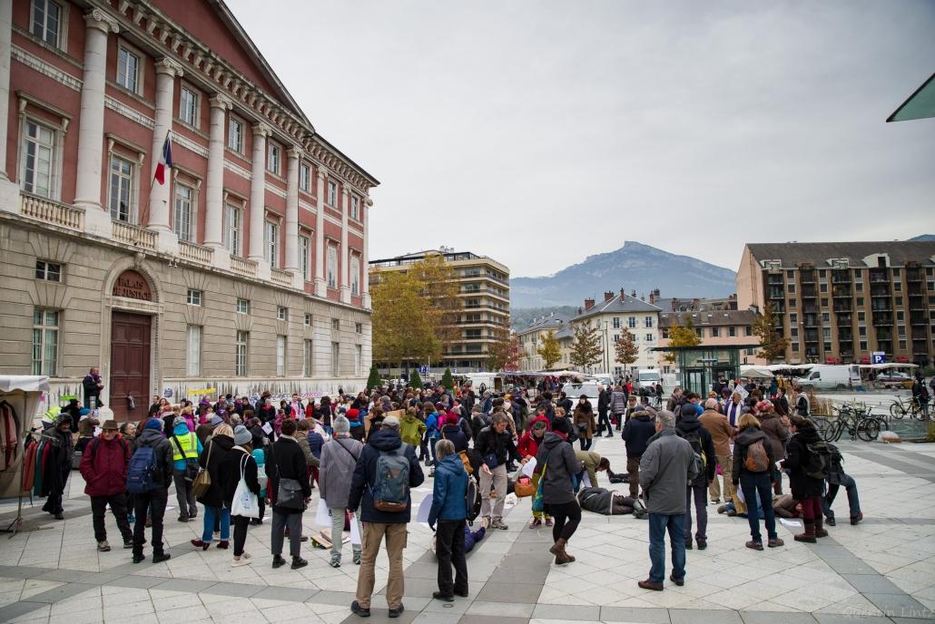 foule de manifestant devant le palais de justice de chambery