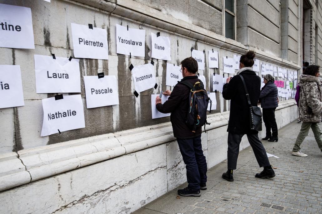 les manifestant.es accrochent la liste des féminicides sur le palais de justice de chambery