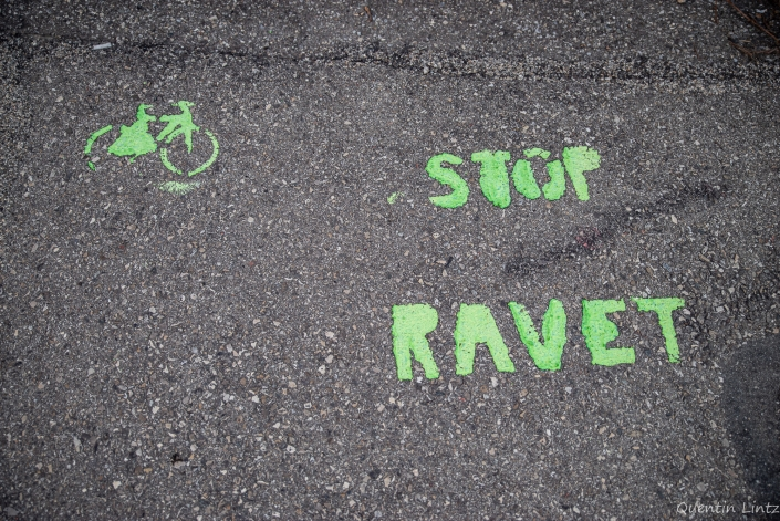 "inscription au sol ""stop parking ravet"""