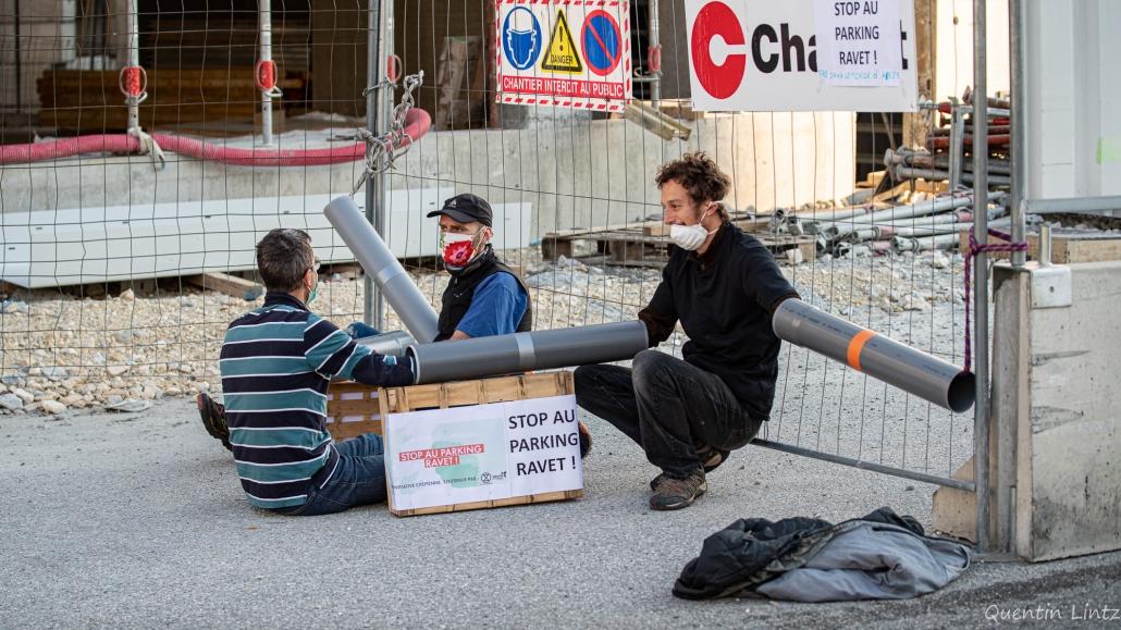 des militant.es sont amrlocké.es sur une entrée du chantier