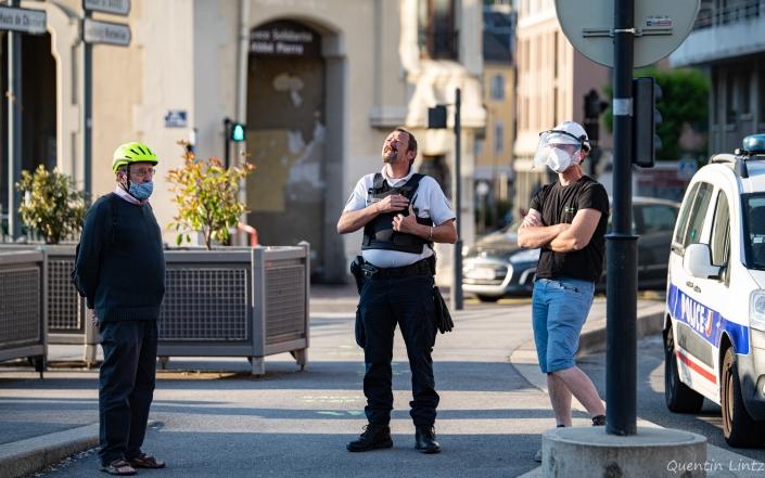 trois personnes veillent (policier, chef de chantier et militant)