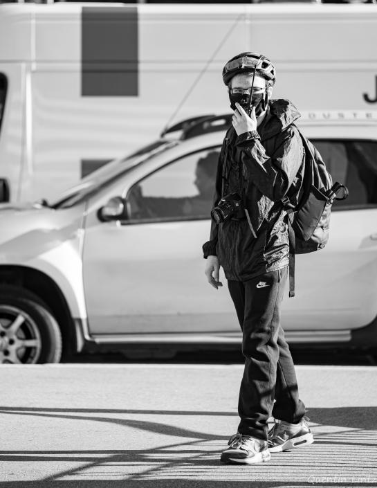 un militant communique avec la grue