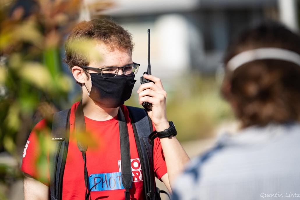 un militant communique avec un talkywalky