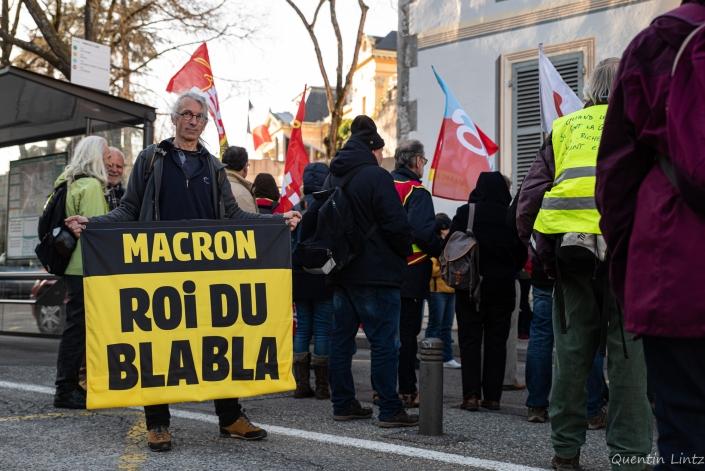 "pancarte de la manifestation ""macron roi du blabla"""