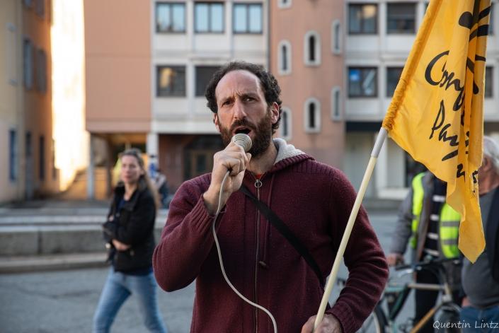 un manifestant de la confédération paysanne chante