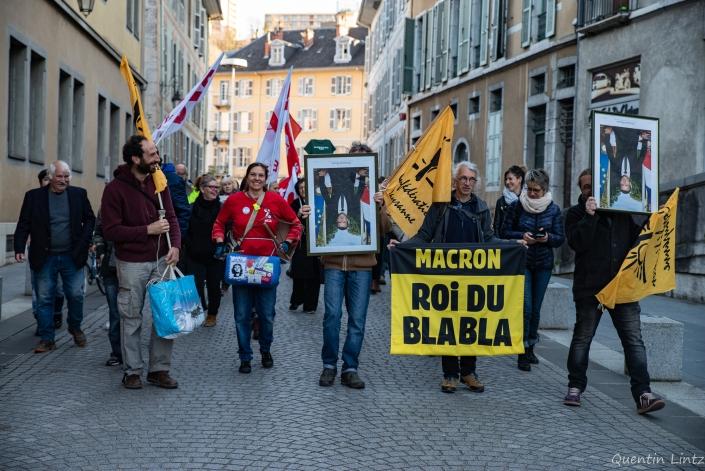 la manifestation se dirige vers le chateau
