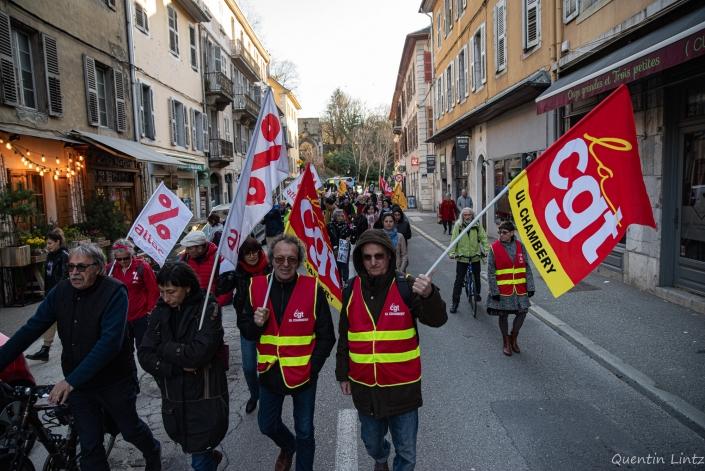 manifestant.es en pleine rue vers le local de mignola