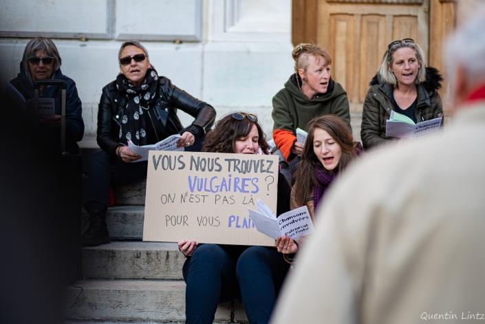 une militante tient une pencarte