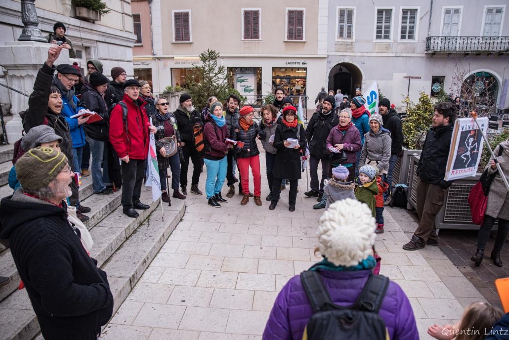 l'échoraleur chante devant la mairie