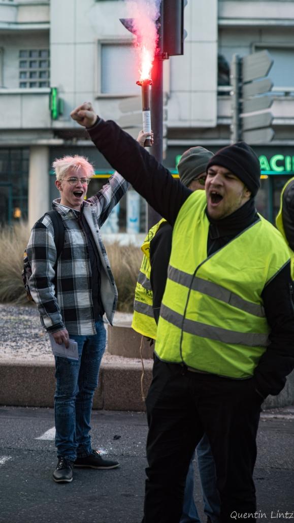 deux manifestants scandant