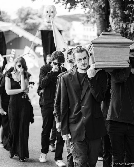 cercueil en procession 6