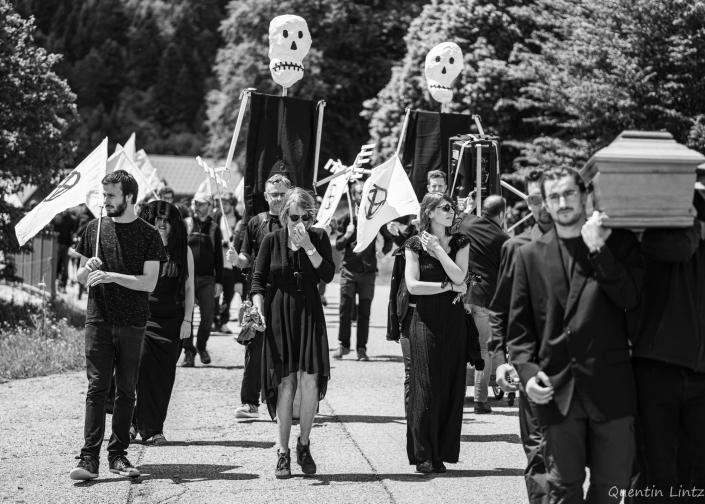 cercueil en procession 4