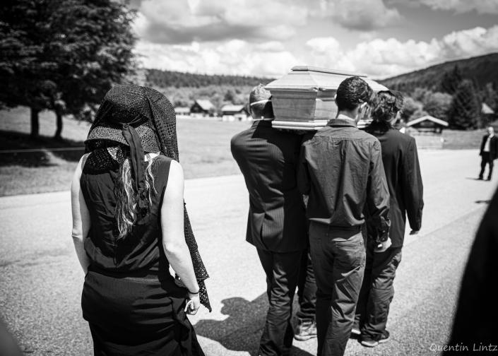 cercueil en procession 3