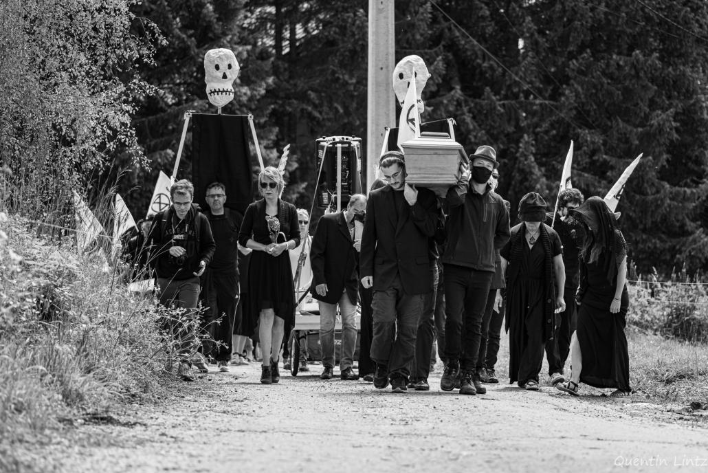 cercueil en procession 2
