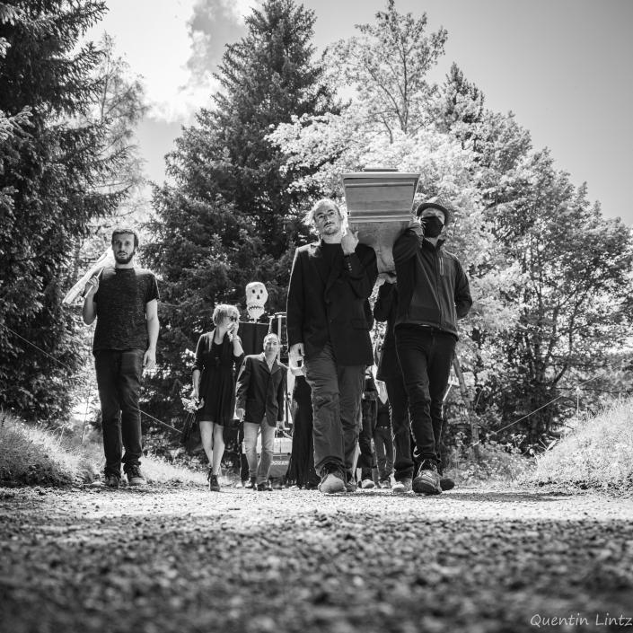 cercueil en procession 1