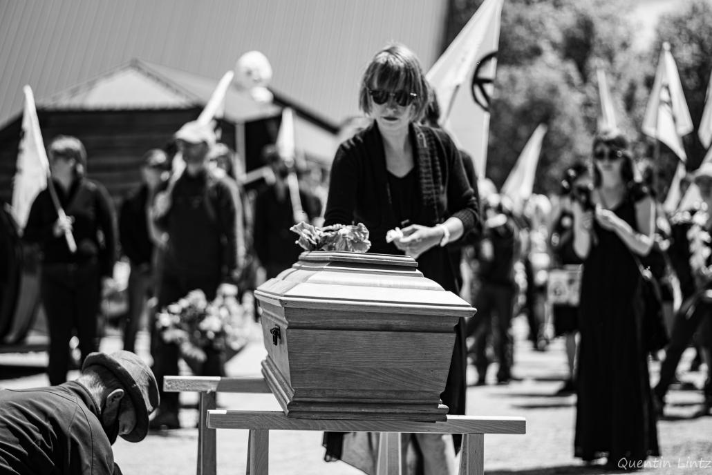depose de fleurs sur cercueil 6