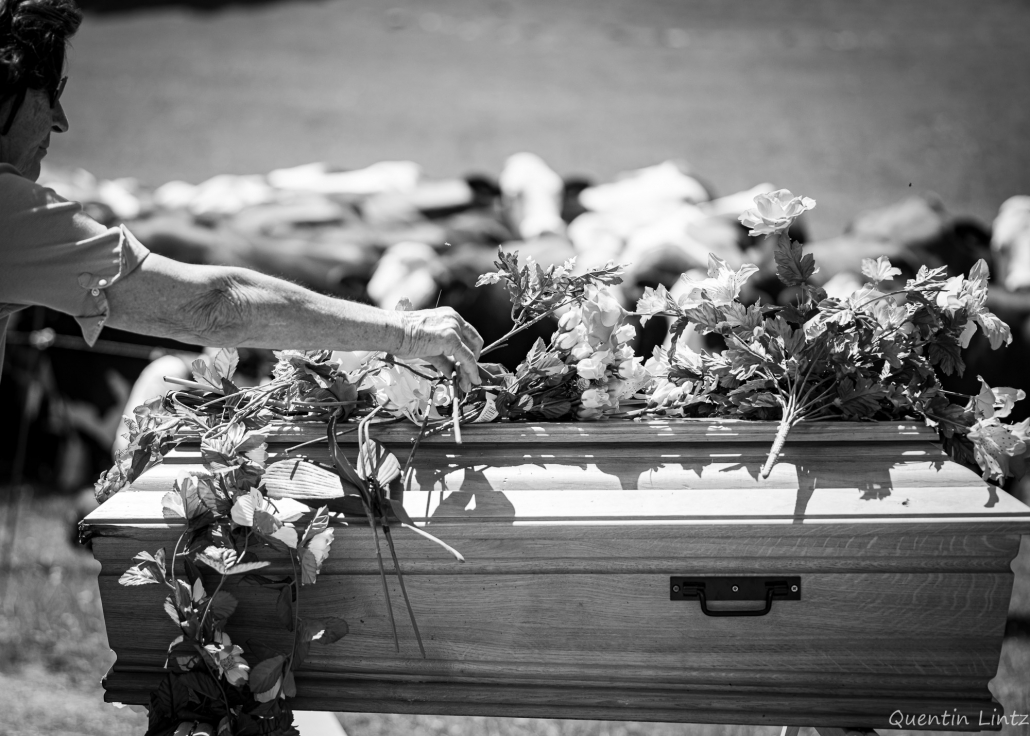 depose de fleurs sur cercueil 3