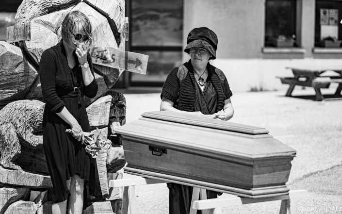 recueillement devant le cercueil