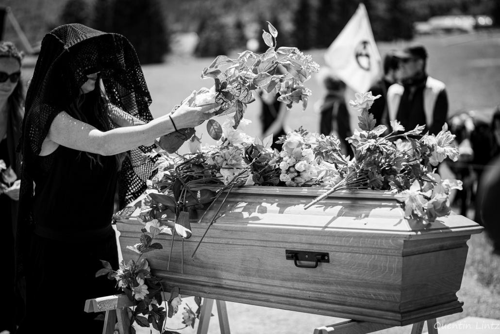 depose de fleurs sur cercueil 2