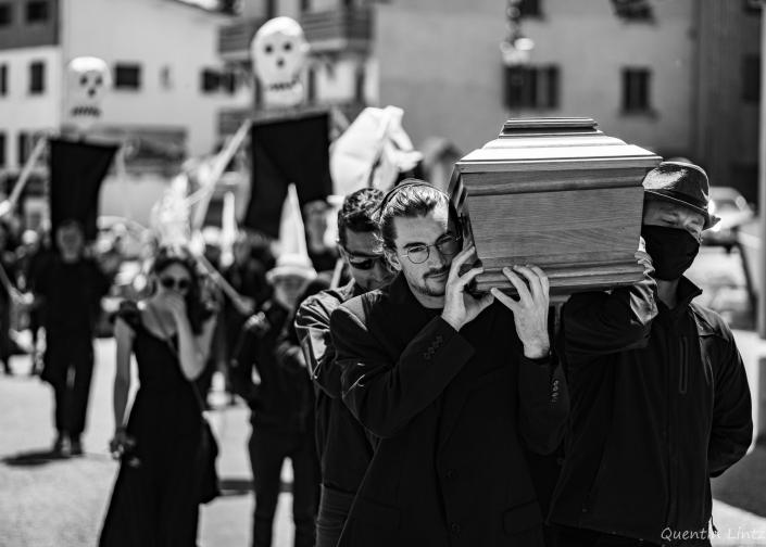 cercueil en procession 8