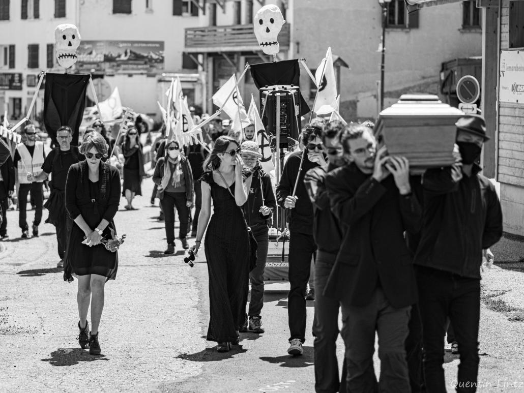 cercueil en procession 7