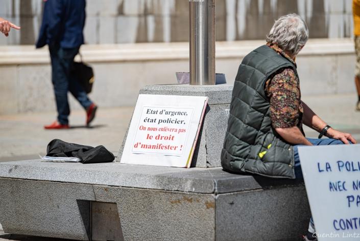 pancarte posée sur un banc