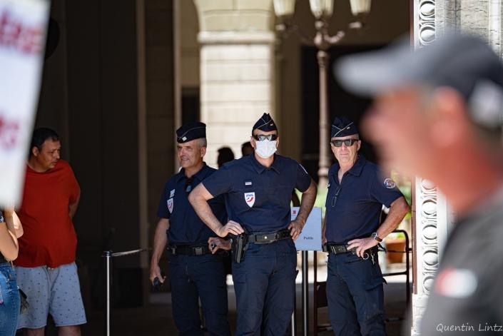 les policers sont à l'entrée du palais de justice