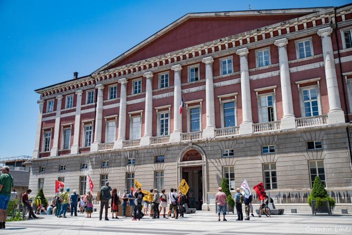 palais de justice avec la foule devant