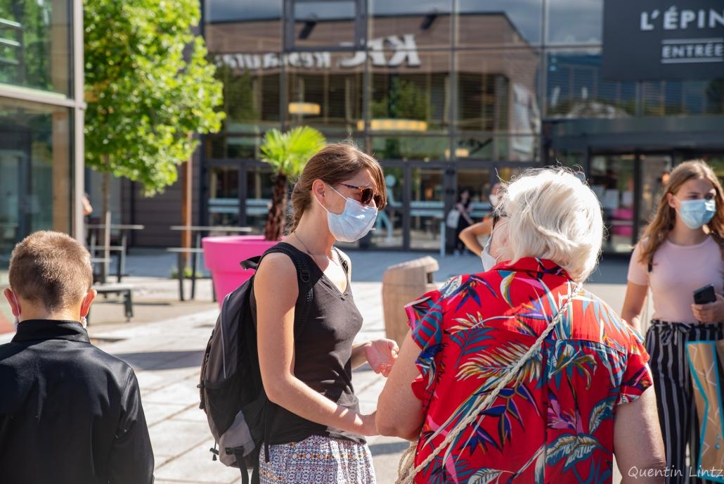 une militante discute avec une passante