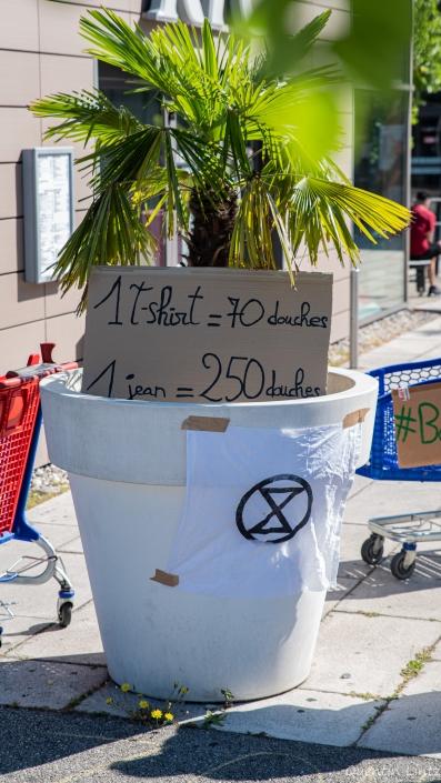 pancarte sur la consomation en eau de la fabrication textil