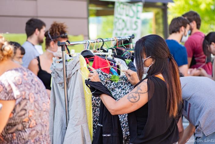 une dame regarde des vêtements