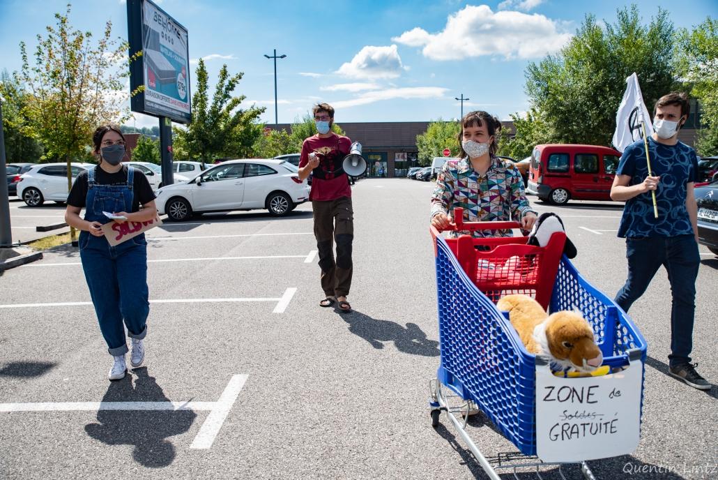 des militant.es fond le tour du parking pour parler de l'action en cours