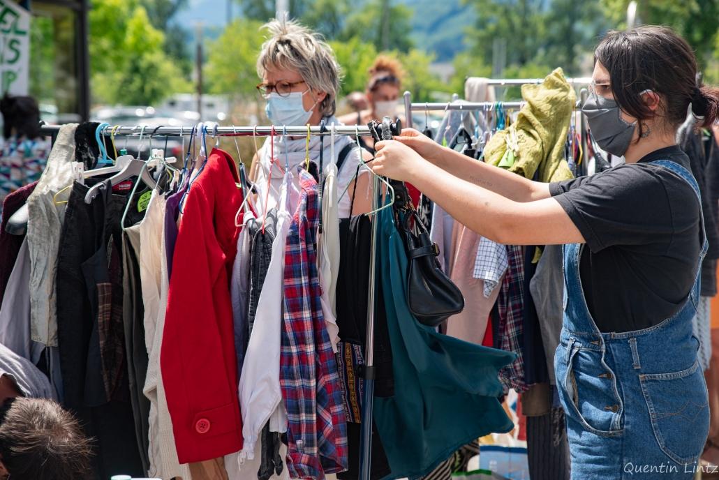 des passant.es regardent les vêtements mis à dispo