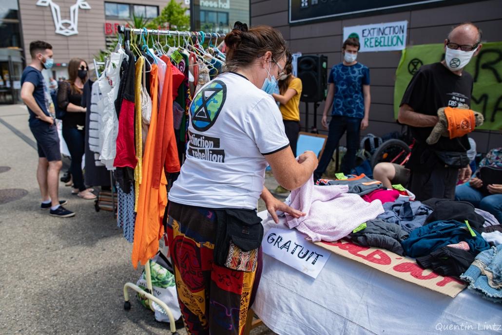 une militante range des vêtements