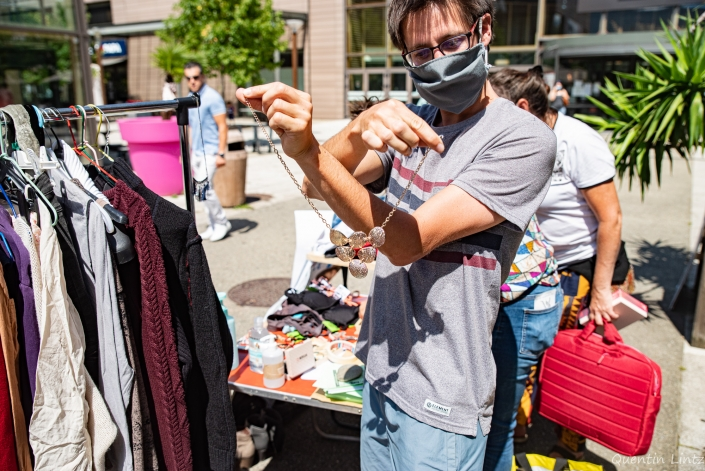 un militant montre un collier