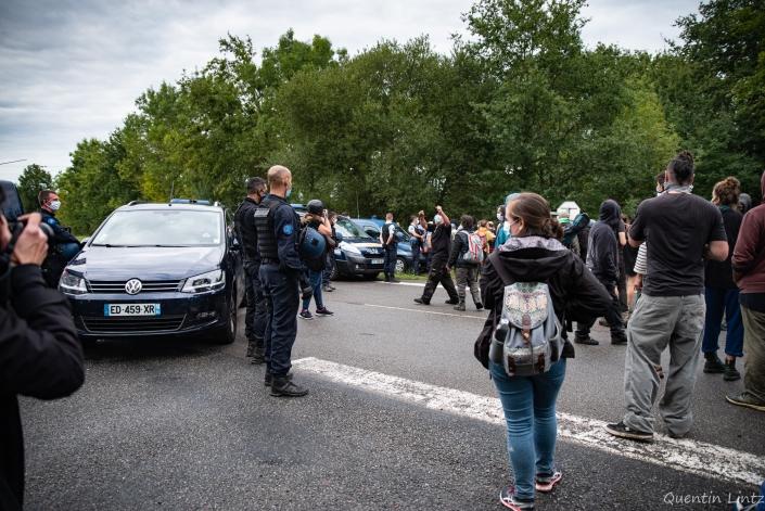 la manifestation arrive devant le barrage de gendarmerie