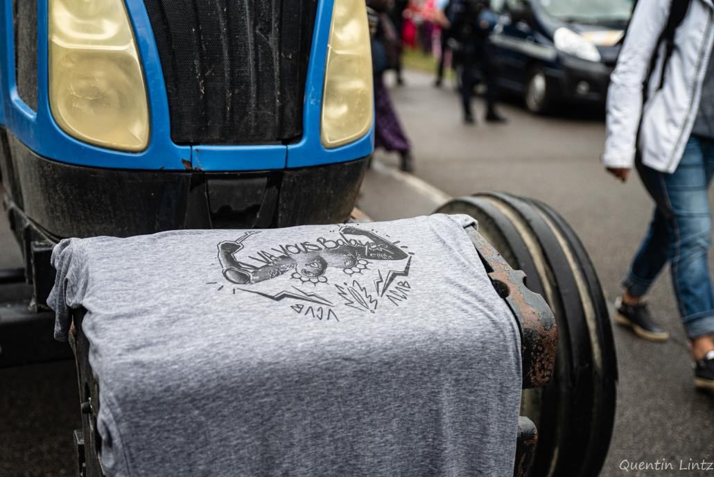 T-shirt déposé sur l'avant du tracteur