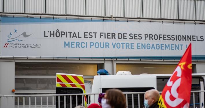 """banderole officielle de """"soutient"""" aux personnels soignant..."""